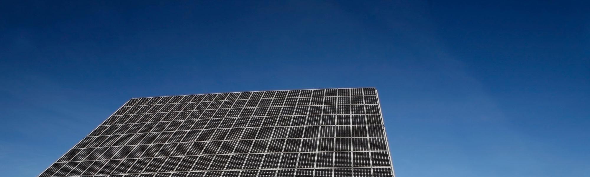 Blauwe-lucht-met-zonnepaneel